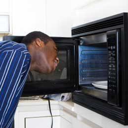 Désodoriser un four à micro-ondes
