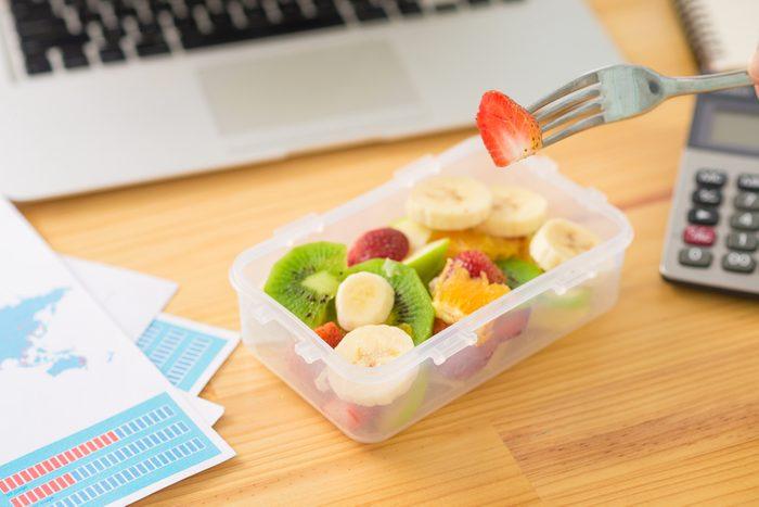 Pour maigrir et perdre du poids plus rapidement, devriez-vous dîner ou grignoter?