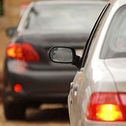 Enlever un autocollant sur une voiture