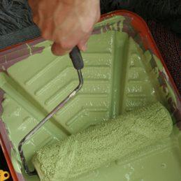 3. Récupérez l'excédent de peinture sur le rouleau