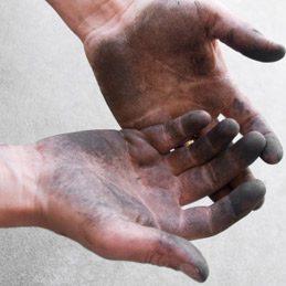 Enlever des taches de graisse sur les mains