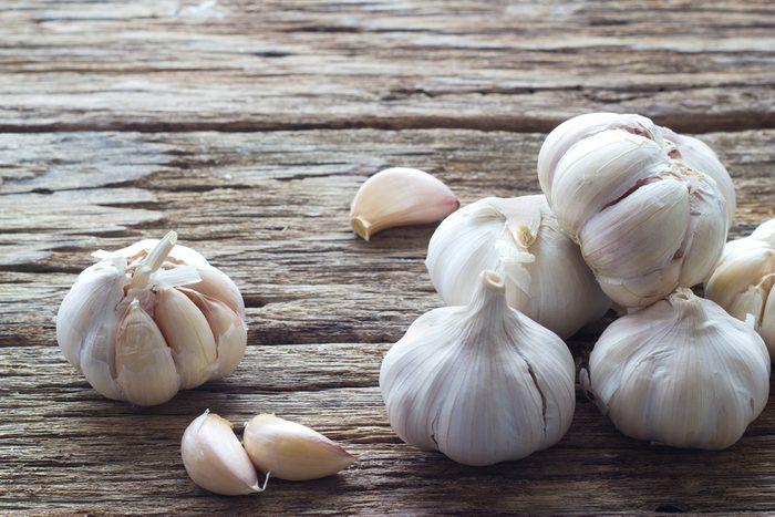 Pour perdre du poids plus rapidement, vaut-il mieux consommer de l'ail frais ou en poudre?