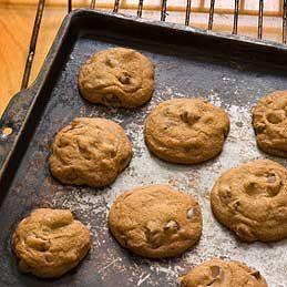 Décoller un biscuit de la plaque du four