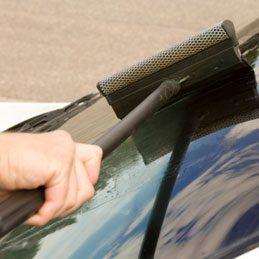 Astiquer le pare-brise de la voiture