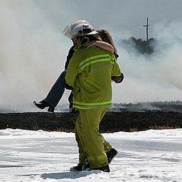 Mythe: Si les pompiers ne sont pas encore sur place et que quelqu'un est resté à l'intérieur, on peut y retourner pour le sauver.