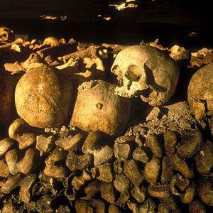 7. Les catacombes de Paris, Paris, France