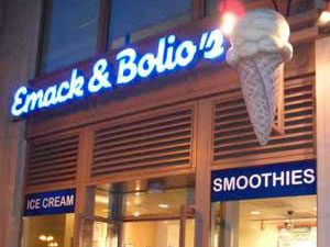 Manger une bonne crème glacée Emack and Bolio's avec les enfants