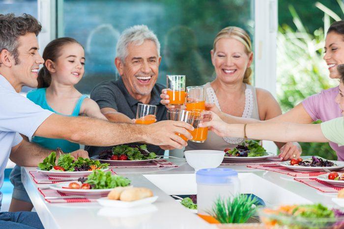 Manger en famille et avec des amis pour vivre plus longtemps