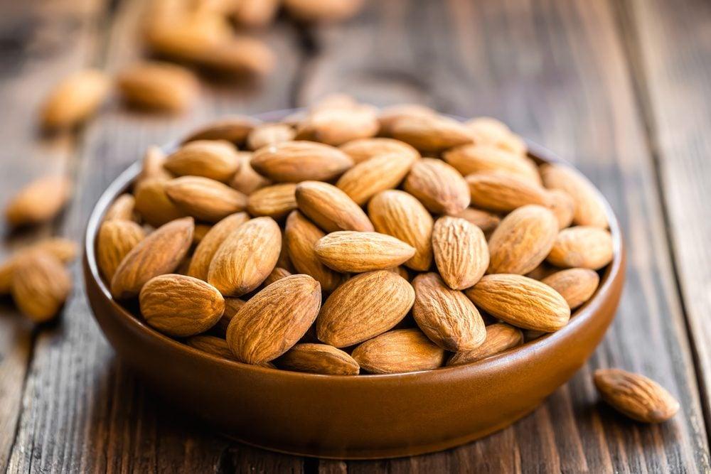 Pour faire baisser son taux de cholestérol, mangez des amandes.
