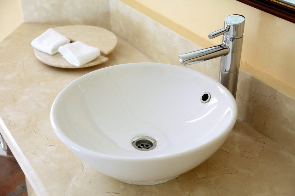 Installez de la quincaillerie moderne dans votre salle de bains rénovée si vous rénovez la salle de bain.