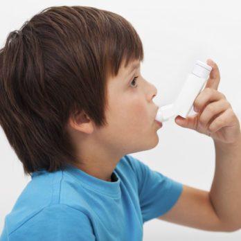 Mon garçon de 6 ans a des problèmes respiratoires et de l'urticaire chronique
