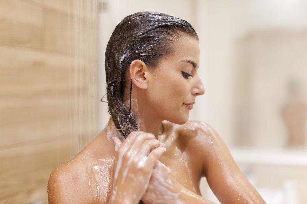 2. Lavez deux fois plutôt qu'une pour lutter contre les cheveux gras