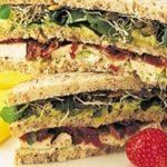 Sandwich club à l'avocat et au poulet