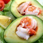 Avocat et crevettes en coupes