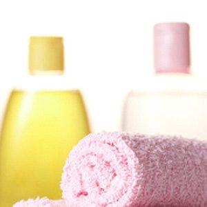 3. L'huile pour bébé : pour nettoyer la baignoire ou la douche