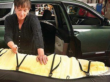 Installer une housse sur la banquette arrière de votre automobile.