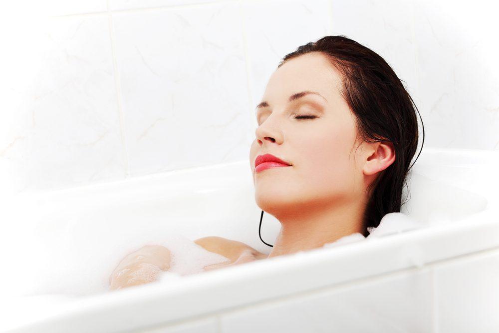 Gestion du stress: prenez un bain chaud pour vous calmer, vous détendre et relaxer.