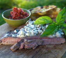Bavette de bœuf, sauce aux bleuets et au camembert