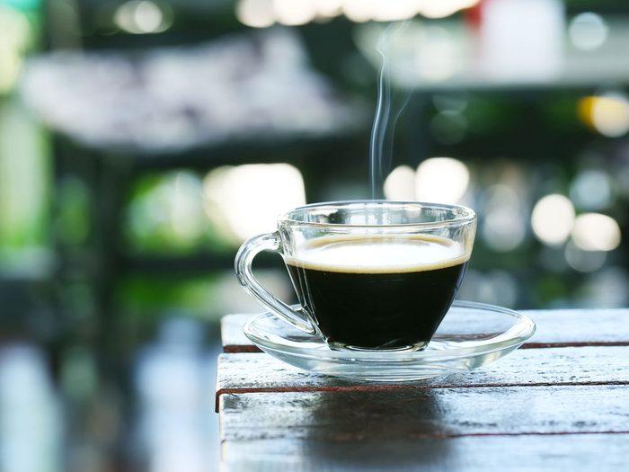 Pour plus de bienfaits, buvez votre café noir!