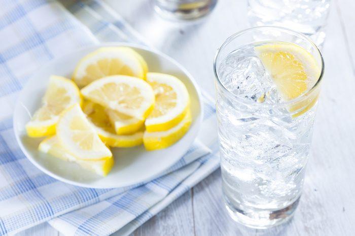 Quoi boire pour avoir plus d'énergie? Comptez sur l'eau citronnée!