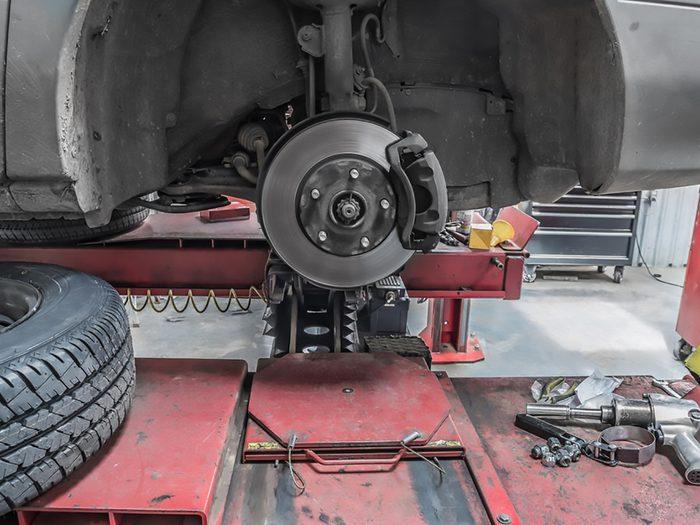 Se procurer les pièces et outils nécessaires au changement des plaquettes de frein avant