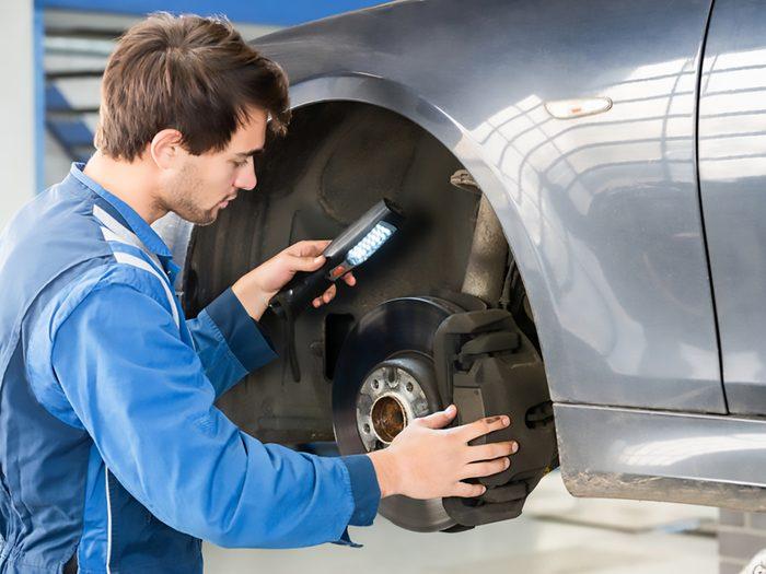 Pour changer les plaquettes de frein avant de votre auto, procédez un côté à la fois