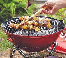 6. Une recette typiquement québécoise de brochettes de porc et de pommes au sirop d'érable