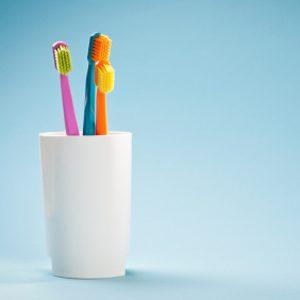 Les éviers, le support à brosses à dents et les comptoirs