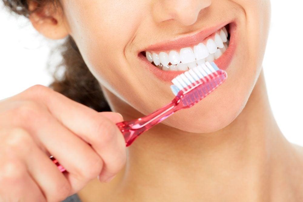 Soignez les lèvres sèches en les brossant