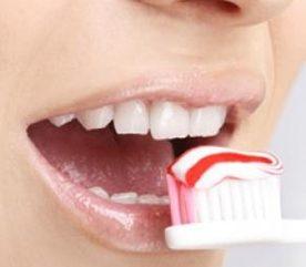 La brosse et la soie dentaire expliquée aux enfants
