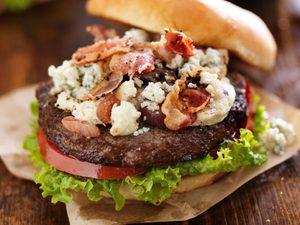 La meilleure recette de burger au fromage bleu et aux champignons