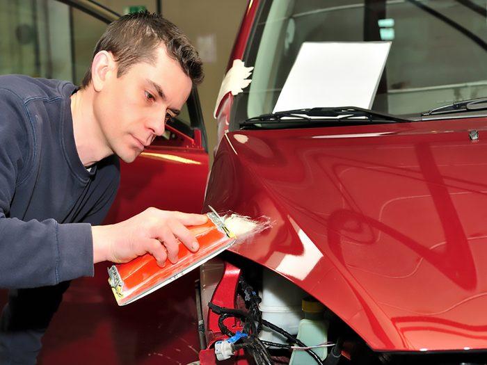Préparer le véhicule avant d'appliquer la pellicule protectrice de votre voiture