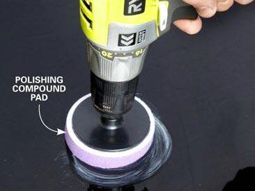 Appliquer le produit pour effacer la rayure de votre auto