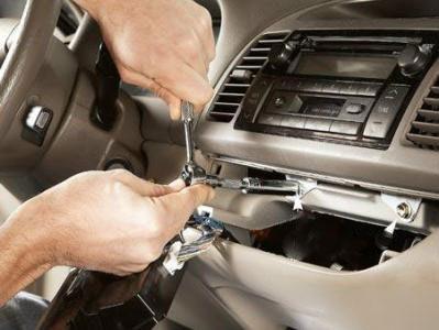 Ôter le panneau de garniture et les boulons pour retirer la radio de votre auto