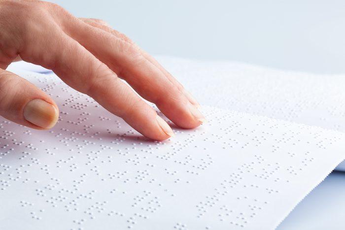 Les personnes aveugles stimulent leur cerveau en lisant le braille.