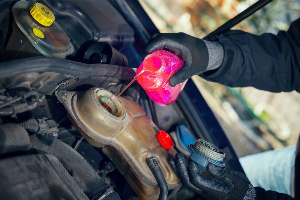 Comment changer soi-même l'antigel de la voiture?