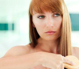5. Cent coups de peigne chaque soir stimulent la croissance des cheveux et la production d'huile des glandes sébacées.