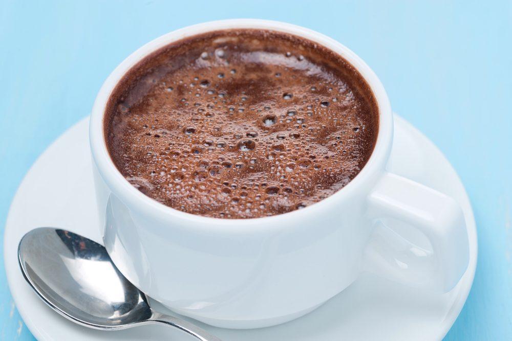 Le chocolat chaud sucré du commerce: à éviter pour un déjeuner équilibré.