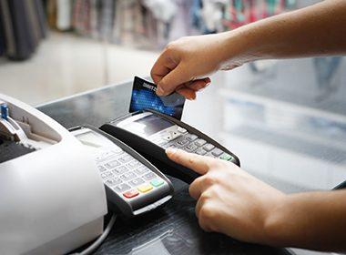 Les voleurs préparent le coup pour le vol de cartes de crédits