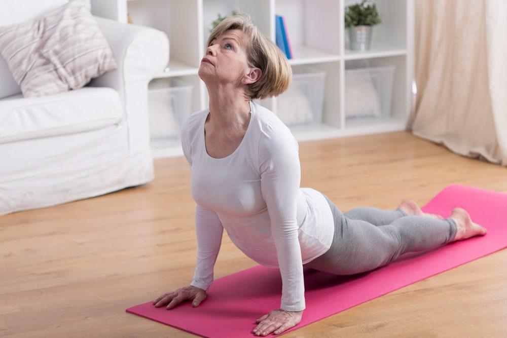 Exercice de yoga : la posture du cobra