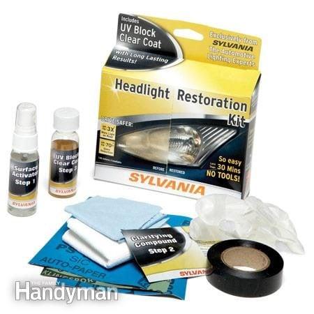 Première étape pour nettoyer les phares d'une voiture : inspecter les lentilles et acheter une trousse de restauration