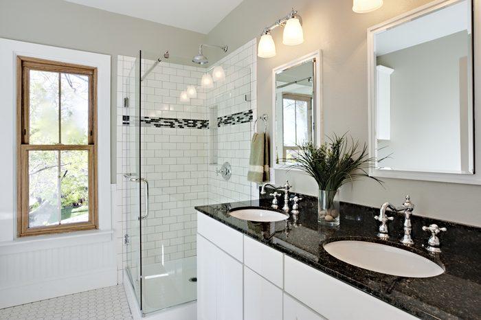 Opter pour des comptoirs de granit pour rénover la salle de bain.