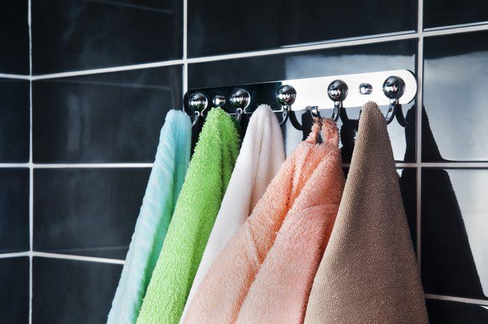Ajouter des crochets pour les serviettes pour rénover la salle de bain.
