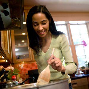 1. Qui passe le plus de temps dans la cuisine et qu'y fait-il (elle)?
