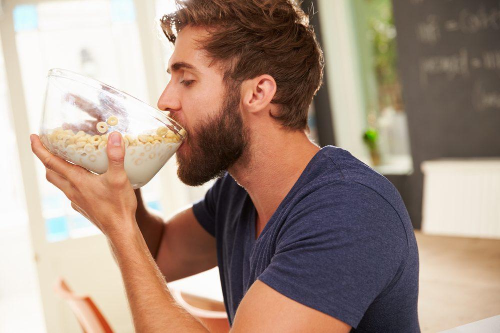 Les grosses portions: à éviter au déjeuner.