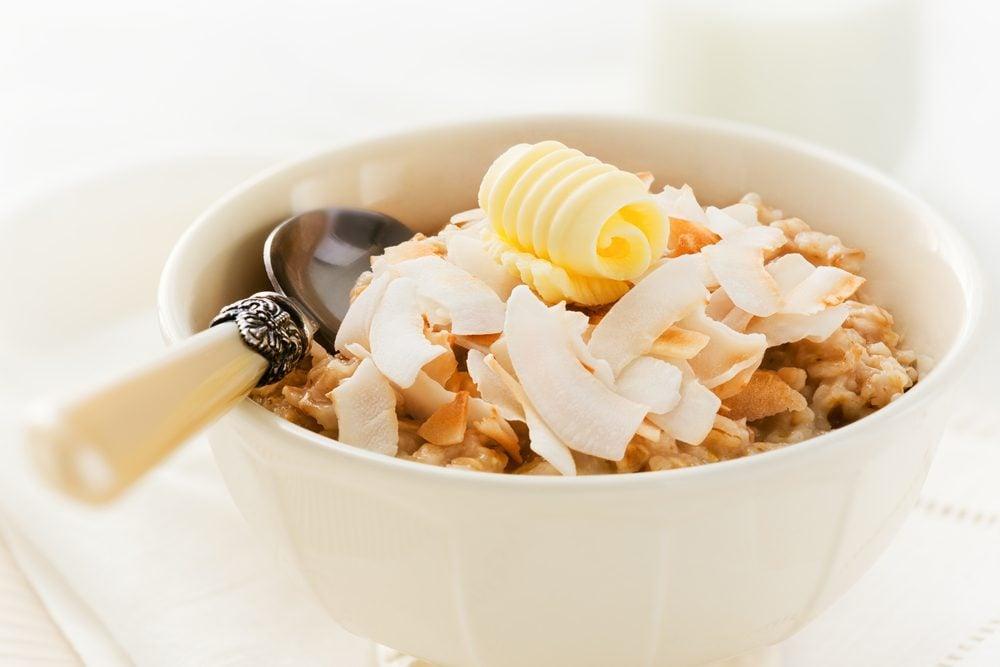 Un déjeuner simple de gruau à la noix de coco pour la famille