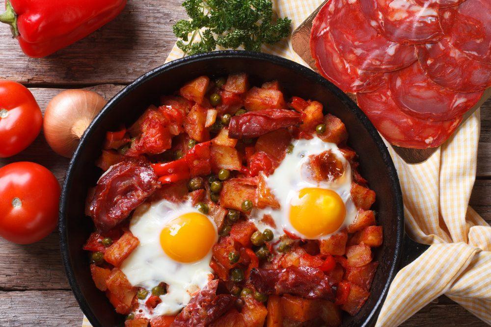 Un déjeuner simple d'oeufs à l'espagnole pour la famille