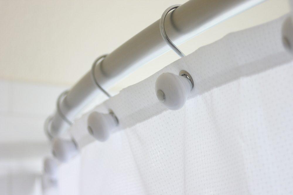 Installer une tringle à rideau de douche incurvée si vous rénovez la salle de bain.