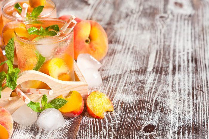 La meilleure recette d'eau parfumée aux arômes naturels avec des tranches de pêche et piment de Cayenne