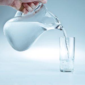 Servez l'eau dans une cruche